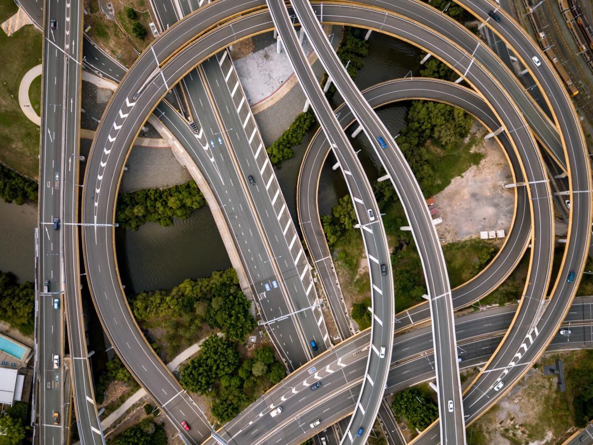 Internet es infraestructura de tráfico; las aplicaciones, vehículos, sus funciones, herramientas; y los servidores, destinos.